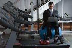 Prüfung von eMail an der Gymnastik Lizenzfreies Stockbild