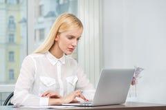 Prüfung von eMail Erfolgreiche Geschäftsfrau, die am Tisch sitzt Stockbild