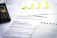 Prüfung von Finanzberichten Diagramme und Diagramme Buchhaltungsanalyse stockfoto