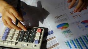 Prüfung von Finanzdaten bezüglich des Taschenrechners Untersuchungsgeschäftsdiagramm stock video