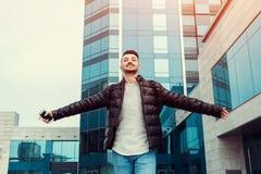 Prüfungen bestanden Glücklicher arabischer Student draußen Erfolgreiche und überzeugte angehobene Hände des jungen Mannes lizenzfreie stockbilder