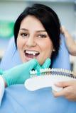 Prüfungsweiße von Zähnen eines Patienten Stockfoto