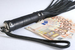 Prügelnde Peitsche und Geld des schwarzen Leders. Stockbild