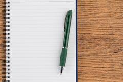 Prążkowany notatnik i pióro, listy kontrolnej notatki przypomnienia memorandum Zdjęcia Royalty Free