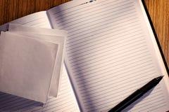 Prążkowany notatnik z piórem na biurku Obraz Stock