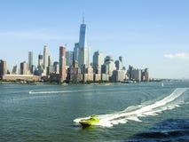 Prędkości łódź na hudsonie Przeciw Miasto Nowy Jork linii horyzontu Zdjęcie Royalty Free