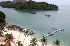Prędkości łódź plażą z turystami robi aktywność Obrazy Royalty Free