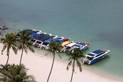 Prędkości łódź plażą z turystami robi aktywność Zdjęcia Stock