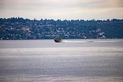 prędkości łódź przed schronienia miasteczkiem zdjęcia stock