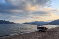 Prędkości łódź w marmaris plaży z górami Obrazy Stock