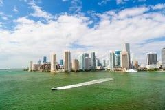Prędkości łódkowaty żeglowanie obok Miami zdjęcia stock