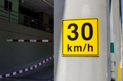 Prędkości ograniczenia 30km/h ruchu drogowego znak na kolorze żółtym na budynku Obraz Stock
