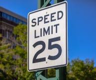 Prędkości ograniczenia 25 szyldowy zbliżenie Fotografia Stock