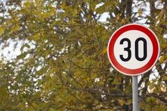 Prędkości ograniczenia trzydzieści znak obok szkolnego parka Zdjęcia Stock