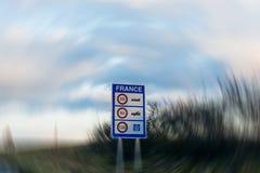 Prędkości ograniczenia w Francja wejścia znaku Zdjęcia Stock