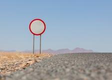Prędkości ograniczenia znak przy pustynną drogą Zdjęcia Stock