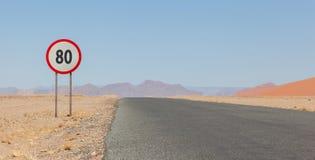 Prędkości ograniczenia znak przy pustynną drogą w Namibia Zdjęcie Stock