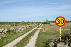 Prędkości ograniczenia znak przy wiejskimi śladami Fotografia Stock