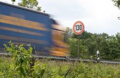 Prędkości ograniczenie 130 na autostradzie zdjęcia royalty free