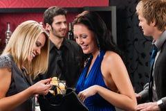 prętowa gawędzenia przyjaciół dziewczyna wpólnie Zdjęcia Royalty Free