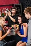 prętowego barmanu koktajlu target3031_0_ przyjaciół potrząsacz zdjęcia stock