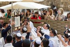 Prętowego Mitzvah świętowania Izrael westernu Jerozolimska ściana Marzec 23, obraz stock