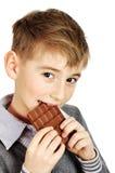 prętowej chłopiec czekoladowy łasowanie obraz stock