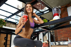 prętowi zboża diet sprawność fizyczną Zdrowa Dysponowana kobieta Pije Świeżego sok odżywczy Obraz Royalty Free