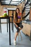 prętowi zboża diet sprawność fizyczną Zdrowa Dysponowana kobieta Pije Świeżego sok odżywczy Obraz Stock