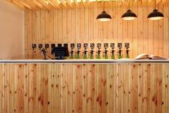Prętowy piwny upadek Piwo odpierający Mszalny piwo na klepnięciu Nalewałem mnóstwo piwne butelki Fotografia Stock