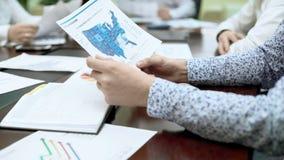 PR经理在业务会议,地区统计的检查报告文件 免版税库存照片