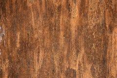 Pr?bka przetarty czasu fiberboard z pod?aw?, brudn? i p?kaj?c? tekstur?, farby i ulgi Grunge t?o w br?zie zdjęcia stock