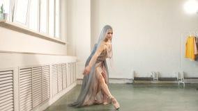 Pr?ctica del ballet Beaty y tolerancia del bailar?n de ballet profesional de sexo femenino en escena almacen de metraje de vídeo