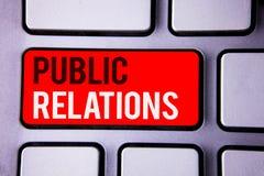 PR för ordhandstiltext Affärsidé för text två wo för publicitet för information om folk för kommunikationsmassmedia social vit arkivfoton