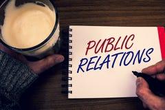 PR för ordhandstiltext Affärsidéen för samkväm för publicitet för information om folk för kommunikationsmassmedia uttrycker notep royaltyfri bild
