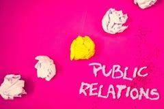 PR för ordhandstiltext Affärsidéen för samkväm för publicitet för information om folk för kommunikationsmassmedia uttrycker rosa  royaltyfri bild