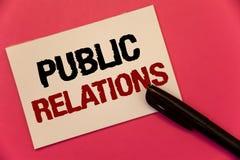 PR för textteckenvisning Uttrycker social text två för begreppsmässig för fotokommunikationsmassmedia om folk publicitet för info royaltyfri foto