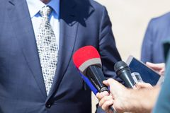PR - PR isolerade mikrofoner för bakgrund trycker på konferensen white royaltyfri bild