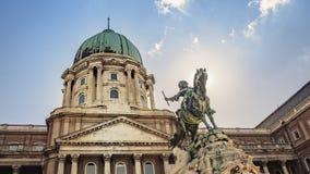 Pr?ncipe Eugene da est?tua equestre do couve-de-mil?o em Buda Castle em Budapest, Hungria fotos de stock