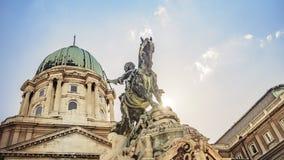 Pr?ncipe Eugene da est?tua equestre do couve-de-mil?o em Buda Castle em Budapest, Hungria imagens de stock