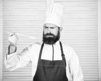 Pr?paration de nourriture Cuisson saine de nourriture Cuisinier barbu d'homme dans la cuisine, culinaire Homme de chef dans le ch photographie stock