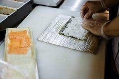Pr?paration des petits pains sur un conseil sur la table dans la cuisine du restaurant photographie stock