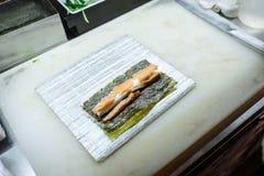 Pr?paration des petits pains sur un conseil sur la table dans la cuisine du restaurant image libre de droits