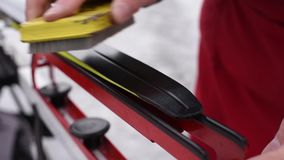 Pr?paration des skis transnationaux pour des concours sur la rue dans la lumi?re naturelle banque de vidéos