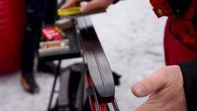 Pr?paration des skis transnationaux pour des concours sur la rue dans la lumi?re naturelle clips vidéos
