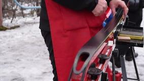 Pr?paration du ski de fond pour des concours sur la rue dans la lumi?re naturelle clips vidéos