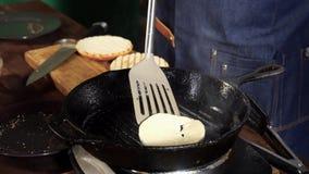 Pr?parer la c?telette de boeuf avec du fromage sur le gril pour des hamburgers Longueur courante Le chef prépare une côtelette po banque de vidéos