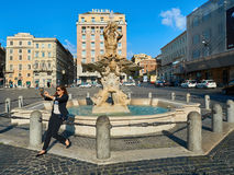 Praça Barberini Roma da fonte de Triton do selfie da mulher Fotos de Stock