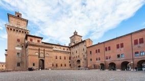 Praça Castello e Castel Estense em Ferrara fotos de stock