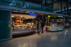Praça da alimentação na estação da central de Munich fotografia de stock